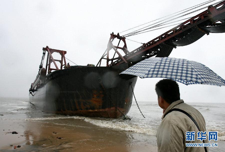 11月4日,在河北秦皇岛山海关老龙头长城附近水域,一艘大...